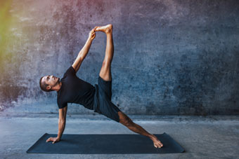 Yoga Strength, man in sterke yogahouding